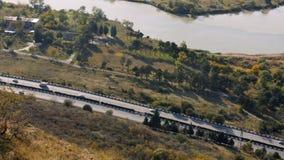 Sikt av huvudvägvägen på bergområdet nära floden arkivfilmer