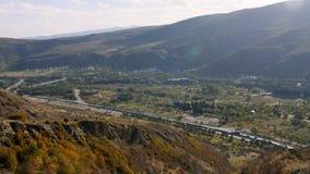 Sikt av huvudvägvägen på bergområdet nära floden lager videofilmer
