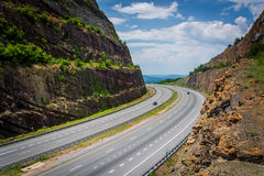 Sikt av I-68 från en förbise på Sideling kullen, Maryland Fotografering för Bildbyråer
