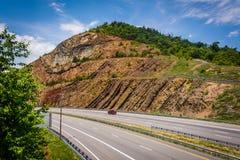 Sikt av I-68 från en fot- bro på Sideling kullen, Maryland Arkivfoto