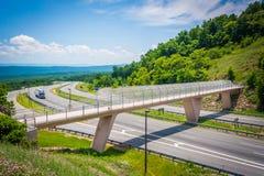 Sikt av I-68 och en fot- bro på Sideling kullen, Maryland Royaltyfri Bild