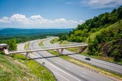 Sikt av I-68 och en fot- bro på Sideling kullen, Maryland Arkivfoton