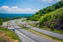 Sikt av I-68 och en fot- bro på Sideling kullen, Maryland Royaltyfria Foton