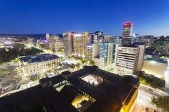 Sikt av i stadens centrum Adelaide på natten Fotografering för Bildbyråer