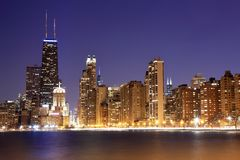 Sikt av i stadens centrum Chicago på skymning royaltyfria foton