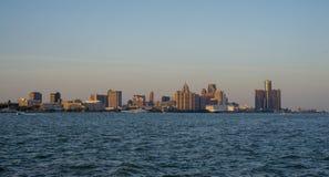 Sikt av i stadens centrum den Detroit horisont och floden på solnedgång a Arkivbilder