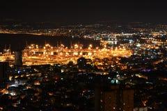 Sikt av i stadens centrum Haifa och port från de Bahai trädgårdarna på Mt Carmel på natten, Israel arkivbild
