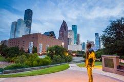 Sikt av i stadens centrum Houston på skymning med skyskrapan Royaltyfri Fotografi