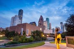 Sikt av i stadens centrum Houston på skymning med skyskrapan Arkivfoto