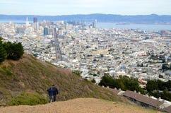 Sikt av i stadens centrum San Francisco från tvilling- maxima Royaltyfri Foto