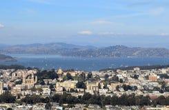 Sikt av i stadens centrum San Francisco fr?n tvilling- maxima arkivfoton