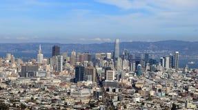 Sikt av i stadens centrum San Francisco fr?n tvilling- maxima arkivbilder
