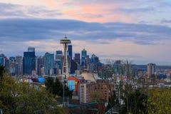 Sikt av i stadens centrum Seattle horisont på soluppgång i Washington Arkivbild