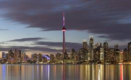 Sikt av i stadens centrum Toronto horisont som är upplyst efter solnedgång Arkivbild