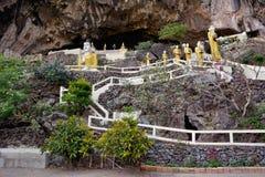 Sikt av ingången till den Yathaypyan grottan, Hpa-An Myanmar Arkivbilder