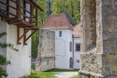 Sikt av ingången till kloster Royaltyfri Foto