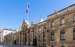 Sikt av ingångsporten av Elyseet Palace från ruen du Faubourg Helgon-Honore Elysee Palace - officiell uppehåll av royaltyfria foton