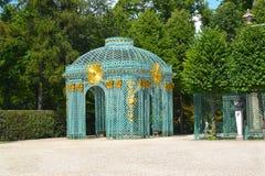 Sikt av ingreppspaviljongen i parkera av Sanssousi germany potsdam Royaltyfri Bild