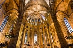 Sikt av inre av domkyrkan av det heliga korset och helgonet Eulalia, den gotiska domkyrkan av Barcelona Royaltyfria Foton