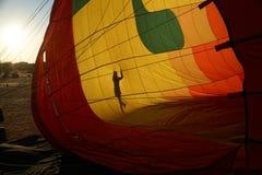 Sikt av insidan av en glödhet luftballong som blåsas upp Royaltyfria Bilder