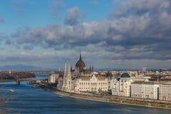 Sikt av invallningen av flodDonauen och den gamla parlamentbyggnaden i Budapest, Ungern arkivbild
