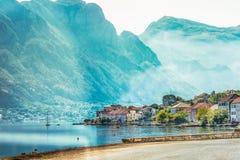 Sikt av invallningen i staden av Perast i den Kotor fjärden, Montenegro Royaltyfri Fotografi