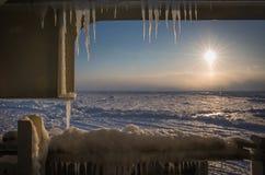 Sikt av isfältet av det Kara havet till och med isdäcket av den militära isbrytaren Aftonlandskap av arktisken Royaltyfri Foto