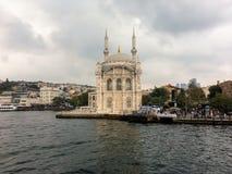 Sikt av Istanbulfrån Bosporus forntida moské arkivfoton