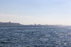 Sikt av Istanbul horisont och det jungfru- tornet i avståndet royaltyfria bilder
