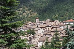 Sikt av italienareScanno den gamla staden i landskap av L ` Aquila Abruzzoen Arkivfoto