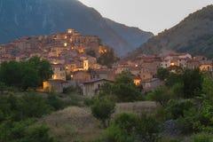 Sikt av italienareVillalago den gamla staden i landskap av L ` Aquila Abruzzoen Arkivbild