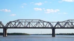 Sikt av järnvägsbron från floden