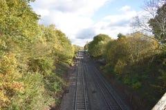 Sikt av järnvägsspåret som ses från en gammal bro - foto som tas i Leamington Spa, UK royaltyfri bild