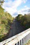 Sikt av järnvägsspåret som ses från en gammal bro - foto som tas i Leamington Spa, UK Royaltyfria Bilder