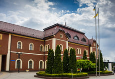 Sikt av järnvägsstationen i Uzhhorod, Ukraina som lokaliseras i Zakarpattia Oblast Royaltyfri Foto