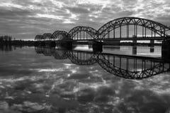 Sikt av j?rnv?gsbron ?ver Daugavafloden fotografering för bildbyråer