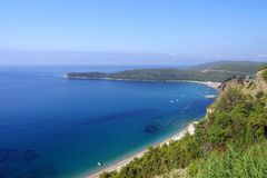Sikt av Jaz Beach n?ra Budva, Montenegro arkivfoto