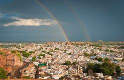 Sikt av Jodhpur (blå stad) efter regn med regnbågen, Rajasthan, Royaltyfria Foton