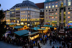 Sikt av julmarknaden i Marienplatz Munich Royaltyfria Foton