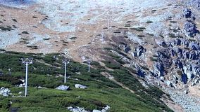 Sikt av kabelbilen i bergen i härligt väder arkivfilmer
