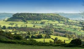 Sikt av kammen länge ner från det Coaley maximumet, Cotswolds, Gloucestershire royaltyfria foton