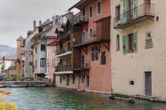 Sikt av kanalen i stadsmitt av Annecy Royaltyfri Fotografi