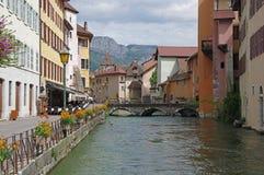 Sikt av kanalen i stadsmitt av Annecy Arkivfoto