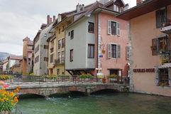 Sikt av kanalen i stadsmitt av Annecy Arkivbilder