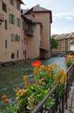 Sikt av kanalen i stadsmitt av Annecy Arkivfoton