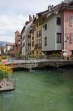 Sikt av kanalen i stadsmitt av Annecy Royaltyfri Foto