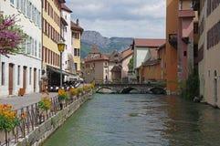 Sikt av kanalen i stadsmitt av Annecy Royaltyfri Bild