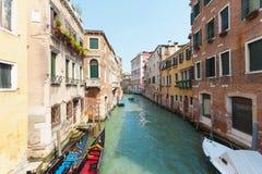 Sikt av kanalen i Venedig, Italien Venedig är en populär turist- destination av Europa arkivbilder