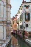 Sikt av kanalen i Venedig, Italien Venedig är en populär turist- destination av Europa arkivbild