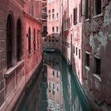 Sikt av kanalen i Venedig, Italien Venedig är en populär turist- destination av Europa royaltyfria bilder